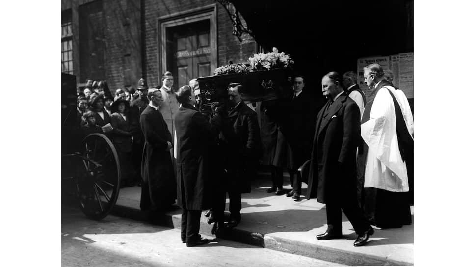 Похороны в церкви Святого Иакова, Лондон, 1914