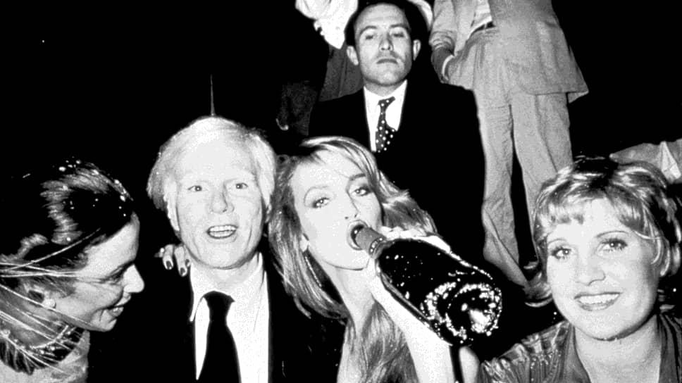 Слева направо: Бьянка Джаггер, Энди Уорхол, Джерри Холл и Лорна Лафт в «Студии-54», 1987