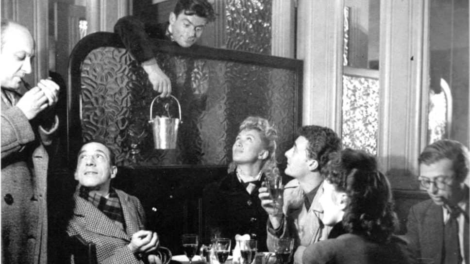 Жан-Поль Сартр (крайний справа) с друзьями в Cafe de Flore, около 1944