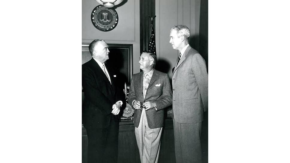 Слева направо: директор ФБР Джон Эдгар Гувер, режиссер Мервин Лерой и актер Джимми Стюарт на встрече, посвященной фильму «История агента», 1959