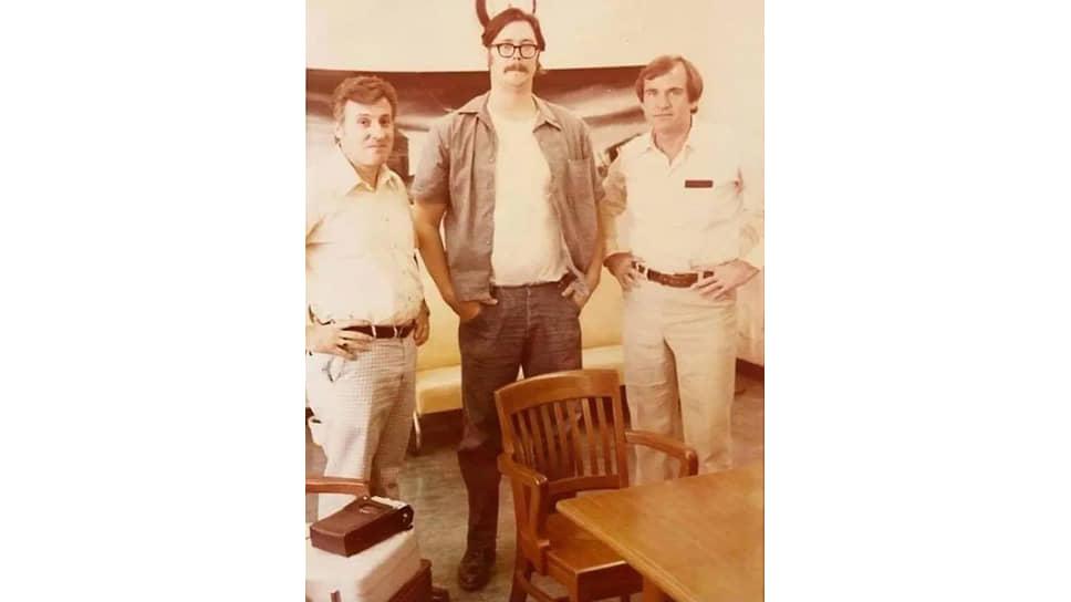 Профайлеры ФБР Роберт Ресслер (слева) и Джон Дуглас (справа) на допросе серийного убийцы Эда Кемпера (в центре), конец 1970-х