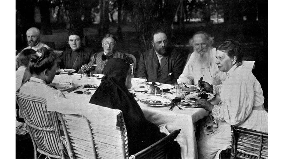 Лев и Софья Толстые с гостями в Ясной Поляне, 1908