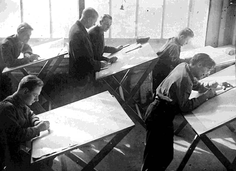 Владимир Татлин со студентами дерметфака ВХУТЕИНа. Фотография Александра Родченко, вторая половина 1920-х. Музей Москвы