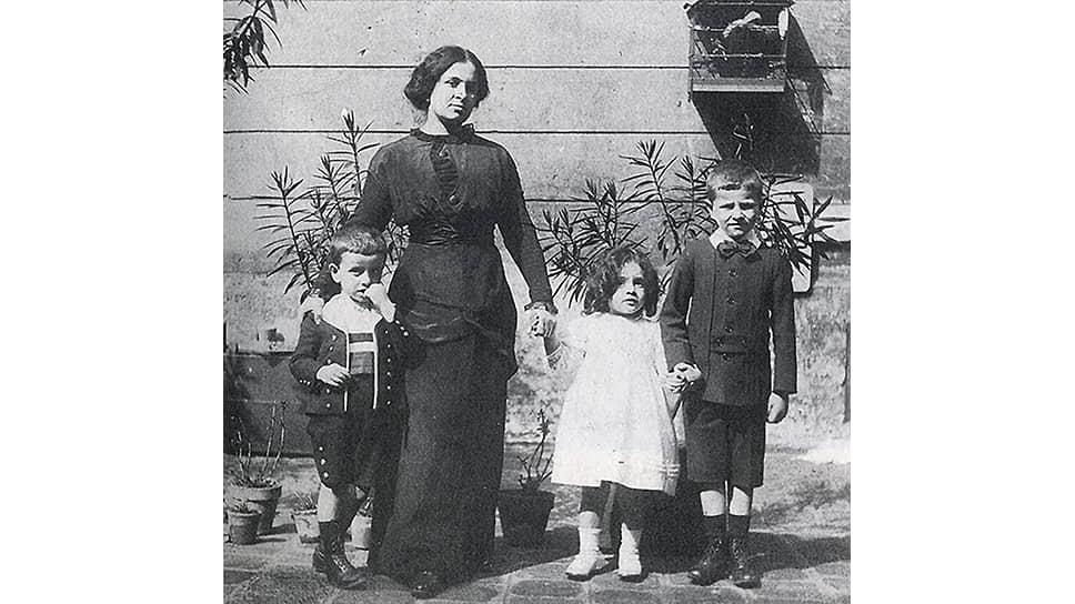 Матильда Канетти с детьми