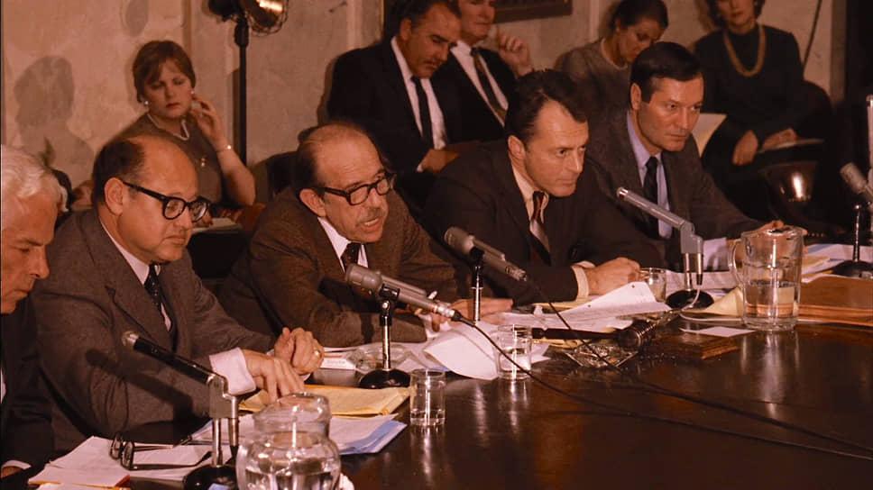 Роджер Корман (справа) в роли сенатора в фильме «Крестный отец — 2». Режиссер Фрэнсис Форд Коппола, 1974