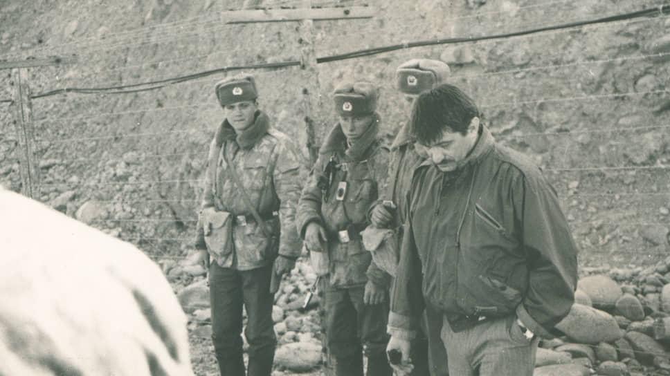 Александр Сокуров на съемках фильма «Духовные голоса», 1994