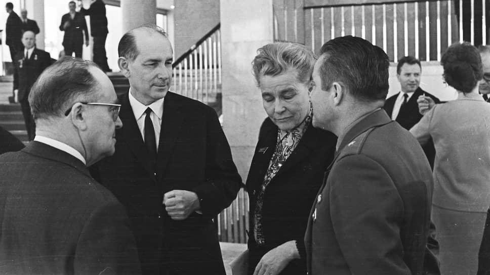 Всеволод Кочетов и министр культуры СССР Екатерина Фурцева на XXIV съезде КПСС, 1971
