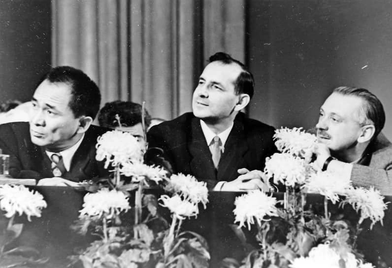 Всеволод Кочетов (в центре) и Сергей Михалков (слева), 1960-е