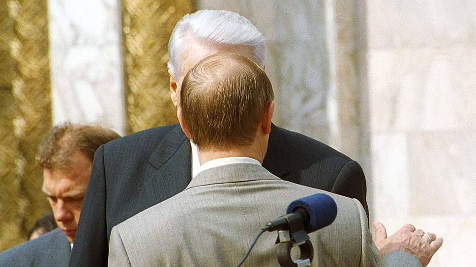 Вместе с постом президента Владимир Путин (на переднем плане) унаследовал «семью» Бориса Ельцина (на заднем плане)