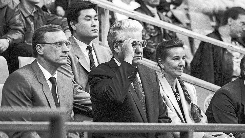 За тем, чтобы законодательная власть была более исполнительной, пристально следил ближайший сподвижник Бориса Ельцина и госсекретарь Геннадий Бурбулис (слева)