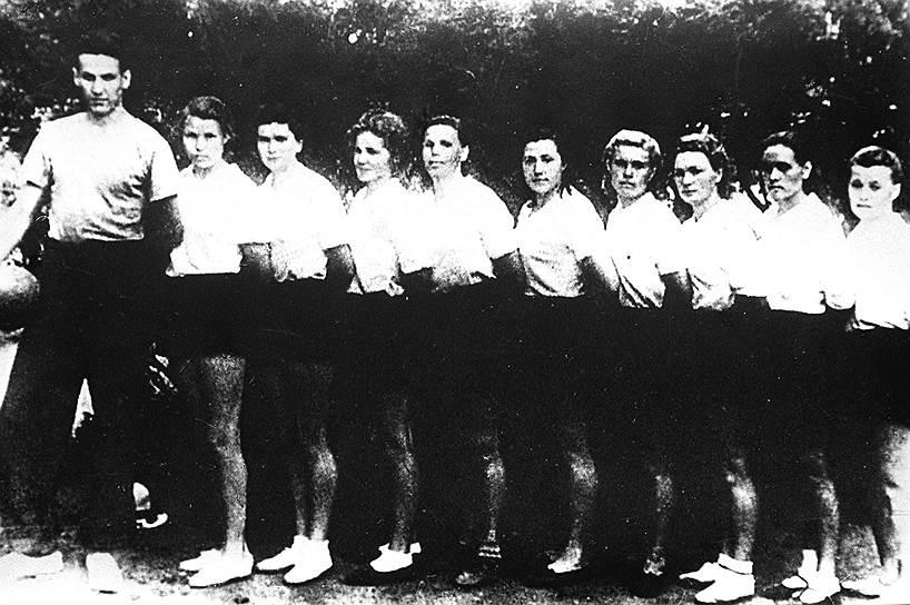 Во главе волейбольной команды. 1953 год