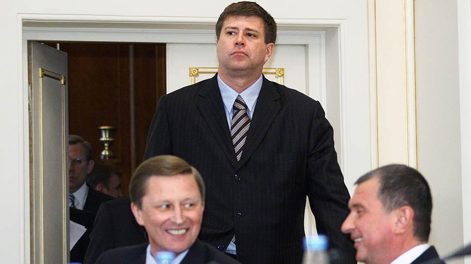 Сергей Иванов (слева), Игорь Сечин (справа) и министр юстиции России Александр Коновалов (в центре)