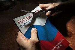 Дмитрий Медведев вычленил в Основном законе менее основной. Загружается с сайта Ъ
