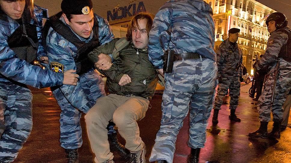 Избирательная активность оппозиции была расценена как антисоциальная: сжигавшим бюллетени в центре Москвы ОМОН помог удалиться в неизвестном направлении