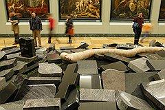 «Если бы вы приехали в мою лабораторию в Антверпене, вы бы увидели копии работ Босха и Ван Дейка. Я очень многому учусь у классиков фламандской живописи» (на фото — инсталляция «Огромный червь мира в качестве автопортрета»)