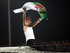 Алжирский вратарь Фаузи Шауши (на фото) и алжирские болельщики сразу после победы