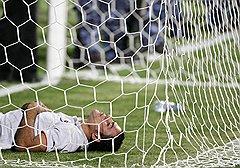 Египетский нападающий Амр Заки (на фото) и египетские болельщики сразу после поражения
