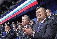 Виктор Янукович (1950 року народження, громадянин України, висунуто Партією регіонів) подкупил Дмитрия Медведева тем, что в толпе членов «Единой России» может сойти за своего