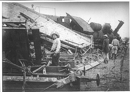 К аварии у станции Ковров в 1920 году, повлекшей гибель 42 человек и сход с рельсов 33 вагонов (последствия на фото), привело упавшее на пути полено