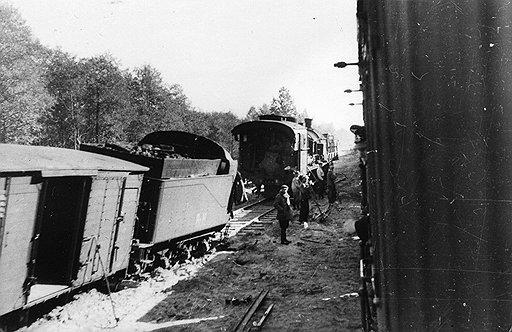 Немцы быстро поняли, что низкая скорость на опасных участках дороги может спасти состав от серьезных повреждений (на фото — подорвавшийся немецкий состав ждет ремонтную бригаду)