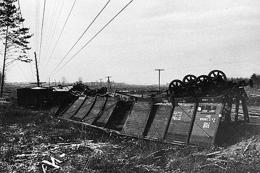 Партизаны быстро поняли, что наиболее уязвимы немецкие составы на крутых поворотах дороги (на фото — пущенный под откос немецкий поезд)