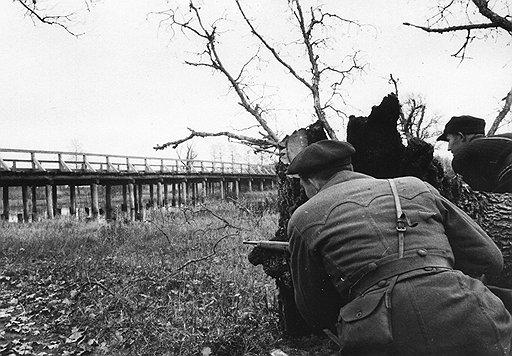 Генерал Тимофей Строкач согласился с доводами неоднократных участников операций (на фото) о том, что уничтожение поездов наносит более ощутимый урон, чем подрыв полотна