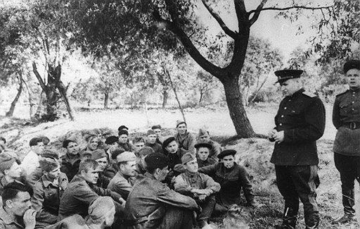 Генерал Тимофей Строкач (на фото — перед партизанским отрядом) согласился с доводами неоднократных участников операций о том, что уничтожение поездов наносит более ощутимый урон, чем подрыв полотна