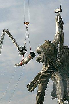 За демонтажом статуи в 2003 году кому-то виделся дурной знак, а кому-то — гнилой каркас