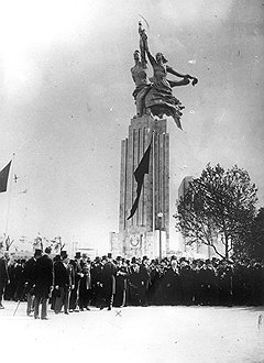 Перед открытием советского павильона на выставке в Париже в 1937 году скульптуру собирали 11 дней из 65 частей