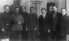 Я Сталина видел. Сидел он в среде Воспитанных им вождей. Сидел Клим-батыр (второй слева), смелый витязь войны. Сияли звезды и галуны. Калинин (третий справа) сидел в серебре седины — Староста всей страны. Рядом с Серго (слева) Каганович (второй справа) сидел, На сцену со светлой улыбкой глядел.