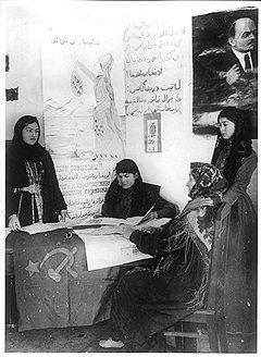 …в молодости прочитали революционные лозунги на родном языке в арабской записи…