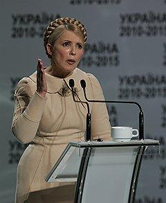 Тугой косе Юлии Тимошенко Виктор Янукович противопоставил свой талисман — хипповскую фенечку на правом запястье