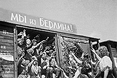 «Личному составу воинского эшелона (команды) запрещается: ...делать на вагонах (судах) надписи, наклеивать и вывешивать плакаты, лозунги...»Статья 418 УВС