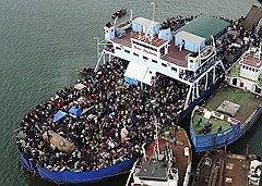 Пока пассажиры роскошного лайнера The Navigator of the Seas подплывали к берегам Гаити, местные жители пытались покинуть остров в гораздо менее комфортабельных условиях (на фото)