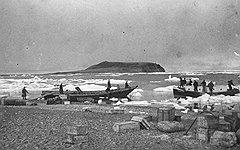 Сообщение с местами будущей дислокации советской стратегической авиации поддерживали небольшой парк гидросамолетов, корабли Главсевморпути и неисчислимый весельный флот (на фото)