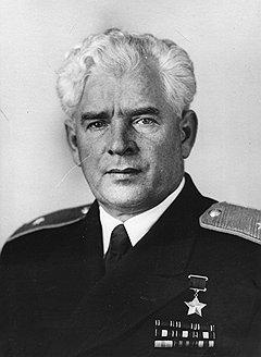 Отдельные недостатки в работе Главсевморпути не помешали его начальнику Александру Кузнецову (на фото) стать в 1949 году Героем Советского Союза