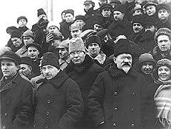 «Тов. Рудзутак (второй слева) писал мне, что от моих писаний веет глупостью: такой человек, очевидно, даже номинально не может быть во главе НКИД. Тов. Калинин (справа) при всяком удобном случае выдвигал плохое соблюдение интересов СССР»