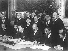 """«Следующий """"внутренний враг"""", понятно, ГПУ. При т. Дзержинском (сидит второй справа) было лучше, но позднее руководители ГПУ были тем невыносимы, что были неискренни, лукавили, вечно пытались соврать, надуть нас, нарушить обещания, скрыть факты»"""