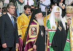 Митрополиту Кириллу (справа) удалось не допустить опасного сближения президента Ющенко с Константинопольским патриархатом (в центре — патриарх Варфоломей) в ущерб Московскому (второй справа — патриарх Алексий II)