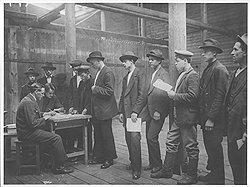 Записавшись на призывном пункте (на фото) и побывав в красноармейском прокрустовом стойле, рабочие и крестьяне быстро включались в круговорот дезертиров в природе
