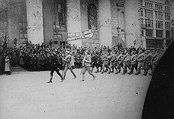 Беззаветность героев, уходящих на фронты Гражданской войны (на фото — на польский фронт в 1920 году), с тыла подкрепляли бойцы ЧОН