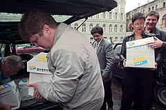 В 2004 году оппозиционеры доставили в суд вещдоки, упаковав их в «коробки из-под ксерокса». Но волшебная тара им не помогла
