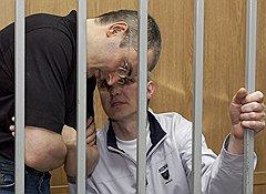 В 2003 году Платона Лебедева и Михаила Ходорковского обвинили по семи статьям УК — 159, 160, 165, 198, 199, 315 (злостное неисполнение вступившего в законную силу решения суда) и ст. 327 (подделка, изготовление или сбыт поддельных документов). По новым правилам только последняя статья позволяла бы заключить их под стражу до суда. По второму делу (ст. 160, 174 и 174.1.) такой возможности у властей не было бы вообще