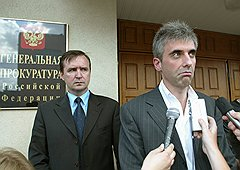 В июле 2004 года совладельца ЮКОСа Леонида Невзлина обвинили только в экономических преступлениях (ст. 160 и 198), но позже добавили обвинения в организации убийства и покушениях на убийство (ст. 30, 33 и 105). 1 августа 2008 года он был заочно приговорен к пожизненному заключению