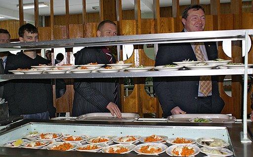 Надежды директора НИИ атомных реакторов Александра Бычкова на лучшую долю находят питательную почву среди посетителей недорогой институтской столовой (на фото)