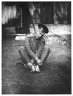 В начале XX века телесные наказания служили официальным приложением к кандалам и неофициальным — к солдатским погонам (на фото)