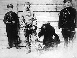 В начале XX века телесные наказания служили официальным приложением к кандалам (на фото) и неофициальным — к солдатским погонам