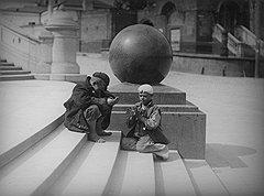 Жизнь советского беспризорника проходила в праздности (на фото), поисках доступных развлечений, борьбе с себе подобными и мелких экспроприациях чужой собственности