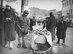 Жизнь советского беспризорника проходила в праздности, поисках доступных развлечений, борьбе с себе подобными и мелких экспроприациях чужой собственности (на фото)