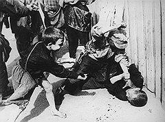 Жизнь советского беспризорника проходила в праздности, поисках доступных развлечений, борьбе с себе подобными (на фото) и мелких экспроприациях чужой собственности